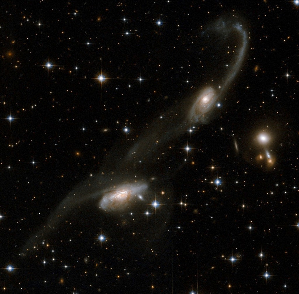 ESO 69-6, two interacting galaxies in Triangulum Australe